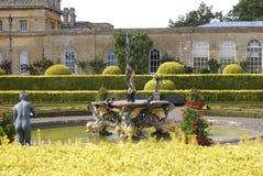 Blenheim-Palast gestaltete Brunnen in einem Garten, England Stockfotografie