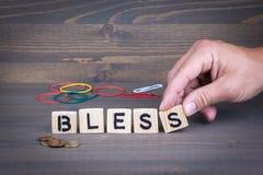 bless Hölzerne Buchstaben auf dunklem Hintergrund stockfoto