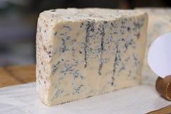 Blessed é os queijeiros: Blugins no mercado da cidade imagens de stock