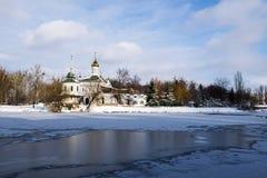 Blessed Peterburg齐尼亚寺庙在南布格河的在冬天 免版税库存图片