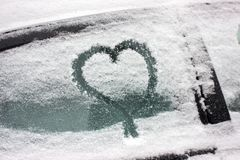 Blessez l'image avec la neige sur la fenêtre Peinture d'hiver pour les couples romantiques Surprise pour le mari ou l'épouse Pass image stock