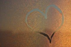 Blessez l'image sur freezen la fenêtre Image sur les baisses de l'eau glacée Peinture d'hiver photos libres de droits