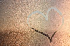 Blessez l'image sur freezen la fenêtre Image sur les baisses de l'eau glacée Peinture d'hiver photographie stock