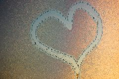 Blessez l'image sur freezen la fenêtre Image sur les baisses de l'eau glacée Peinture d'hiver image libre de droits