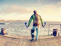 Blessez le passager attend le ferry Pilier moring vide de port, images stock