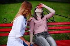 Blessez sa tête tout en marchant prise de soin de médecin ou d'infirmière jeune image stock