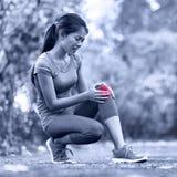 Blessure au genou - sports courant des blessures au genou sur la femme image libre de droits