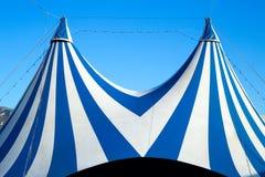 Bleu éliminé et blanc de tente de cirque Photo libre de droits