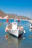 Bleu brillamment coloré et bateau de pêche rouge dans le port photographie stock