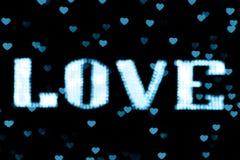 Bleu-clair au néon bleu brouillé du signe LED Bokeh d'AMOUR des textes sur le bokeh de fond allume le coeur doucement coloré Photo stock