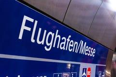 Bleu d'affaires de convention de Messe d'aéroport de signe de Stuttgart Flughafen Images stock