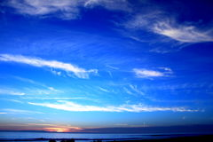 Bleu d'océan de coucher du soleil photo stock