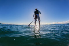 Bleu d'ombre silhouetté par PETITE GORGÉE de surfer Photos libres de droits
