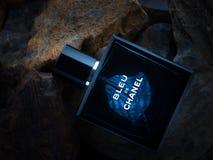 Bleu De香奈尔在石背景的香水parfum 免版税图库摄影