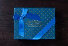 Bleu de boîte-cadeau avec le ruban bleu Image stock