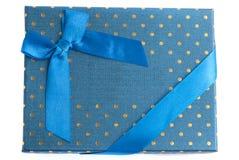 Bleu de boîte-cadeau avec le ruban bleu d'isolement sur le fond blanc Photos libres de droits