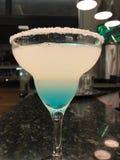bleu de boissons de barre de cocktail photos stock