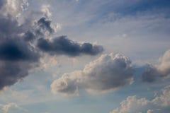 Bleu de ciel avec des nuages Photo stock
