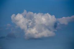 Bleu de ciel avec des nuages Images stock