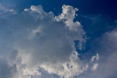 Bleu de ciel avec des nuages Image stock