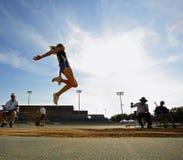 Bleu de ciel de femme de long saut Photos libres de droits