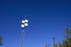 Bleu de ciel de tour de télécommunication Photo stock