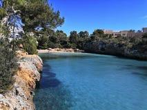 Bleu de ciel de mer de crique cala Ferrera Majorca photographie stock libre de droits