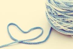 Bleu de coeur de laine de fil Images stock