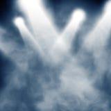 Bleu de projecteur sur le fond de brouillard enfumé Photo libre de droits