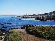Bleu de promenade de plage de carmel d'océan Photos stock