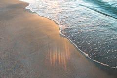 Bleu de vague sur la plage photos libres de droits