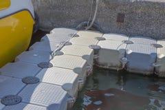 Bleu en plastique de dock en mer Pont de ponton pour la natation Détail en gros plan d'apparence de manière de flottement en plas images stock