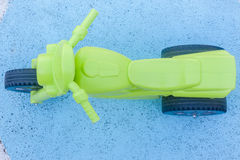 Bleu en plastique vert de vélo d'enfants Image libre de droits