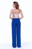 Bleu en soie de conception d'usage de modèle de femme de beauté d'habillement élégant de tendance Photos stock