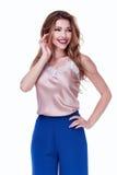 Bleu en soie de conception d'usage de modèle de femme de beauté d'habillement élégant de tendance Photo libre de droits