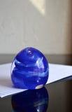Bleu en verre de presse-papiers image stock
