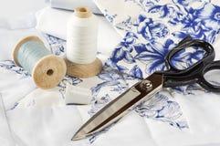 Bleu et fil et ciseaux de blanc Images libres de droits