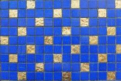 Bleu et fond en céramique d'abrégé sur carrelage de mur et d'or image libre de droits