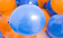 Bleu et orange monte en ballon le fond Photos libres de droits