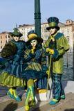 Bleu et personnes masquées par vert Image stock