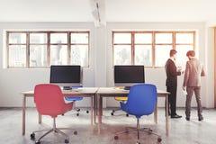 Bleu et rouge préside l'intérieur de bureau modifié la tonalité Photographie stock libre de droits