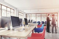 Bleu et rouge préside le bureau, fin modifiée la tonalité Photos stock