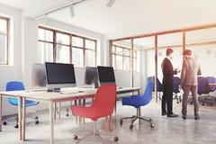 Bleu et rouge préside le bureau, vue de côté modifiée la tonalité Image stock