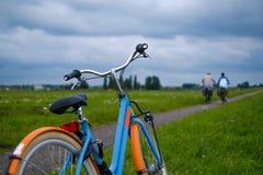 Bleu faisant du vélo la route proche debout Image libre de droits