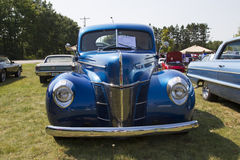 1940 bleu Ford Deluxe Car Front View Images libres de droits