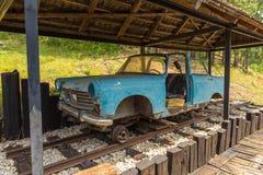 Bleu handcar sur la petite station Golubici du soi-disant chemin de fer de mesure étroite de Sargan huit, Serbie photo stock