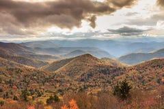 Bleu Ridge Moutains Autumn de lumière du soleil Photo stock
