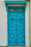 Bleu-tunesische Tür und Türklopfer Stockfotos