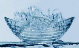 Bleu-verre-cuvette-éclaboussure Photos stock
