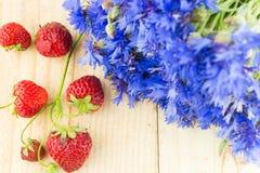 Bleuets avec des fraises Photographie stock